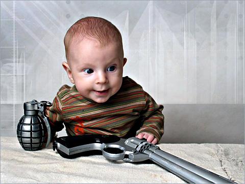 Бебе с пистолет