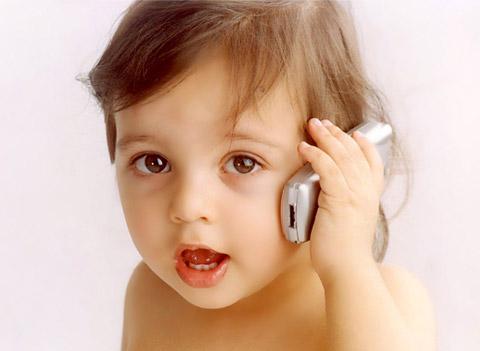 Бебе говори по телефона